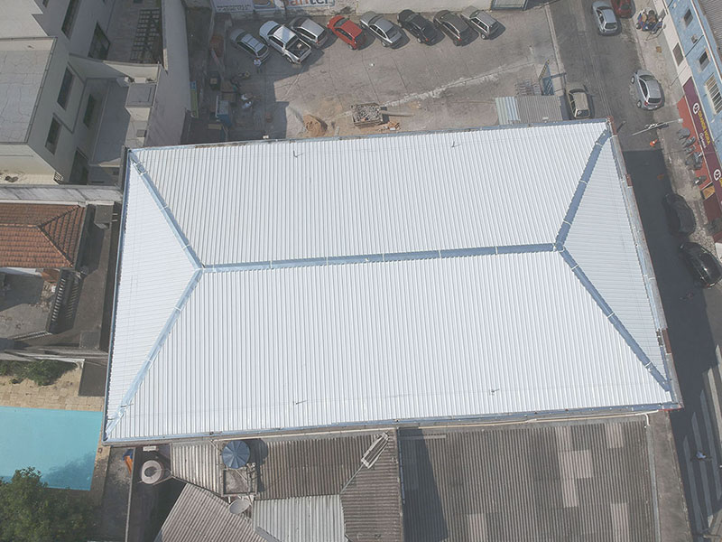 Conserto de telhado industrial
